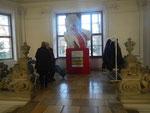 vor dem Eingang zu den Ausstellungsräumen
