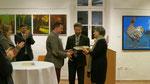 """Bgm. Gustav Glöckler erhält vom Vetart-Kunstforum das Bild """"Wöllersdorfer Schlössl"""" ( B. Leitold )"""