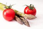 Tomaten an Spargel