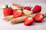 Erdbeeren an Spargel