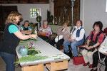 Vorführung der Floristin Frau Bunjes zu Naturfloristik