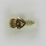 Ring in Gold. Eine breiter werdende gravierte Schiene wird von einem lichtbraun leuchtendem, dreieckigem Diamanten vervollständigt.