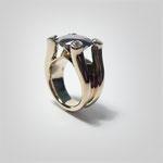 Klarer Ring in Rotgold. Mit auf vier dominanten Krappen ruhendem Blautopas (London Blue).