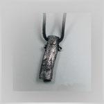 Anhänger aus geschwärztem Silber mit ausdrucksvoller Struktur, lässt sich öffnen.