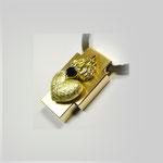Anhäger in Gold, die mattierte Oberfläche trägt ein flammendes Herz mit schwarzem Diamant. Die Seitenteile sind poliert.