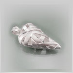 Anhänger mit angedeuteter Herzform, ein mattiertes Silberband formt den Körper.