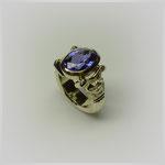 Ring in Gold, die sich aus der Ringschiene entwickelnden Säulen tragen einen wunderbar leuchtenden Saphir.