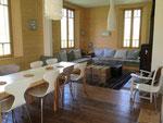 Séjour, salon, poêle à bois, banquettes marocaines