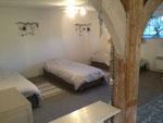 Grande chambre au demi niveau, 2 grands lits, 3 lits simples