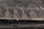 """Das Förderband auf der Grubensohle fördert rund 90'000 t Braunkohle pro Tag oder 20 Mio. t/a zum Bahnverlad für das Kraftwerk """"Schwarze Pumpe"""" und die Brikettfabrik (Union Briketts und Wirbelschichtkohle)"""