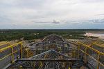 Blick vom höchsten Punkt aus über die ganze Länge der Abraumförderbrücke F60 Richtung Windpark bei Grossräschen