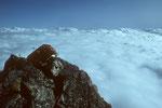 Surya Peak 5144 m im Wolkenmeer