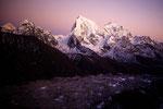 Makalu 8485m, Cholatse 6440 m mit Taboche 6542 m nach Sonnenuntergang