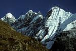 Kimshung Gipfelgruppe mit etwa 6500 m - Tele -