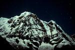 Annapurna South 8091 m - Südwand bei Nacht mit Sternenhimmel