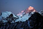 """Mount Everest 8848m  als höchster Berg leuchtet als letzter im """"Alpenglühen"""""""
