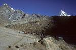 Teehäuser von Lobuche 4930 m mit Pumori 7161 m - Abschiedsblick -