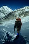 Yala Peak beim Aufstieg mit Langtang Lirung 7234 m im Hintergrund