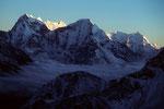 Kangtega 6779 m und Kyashar 6769 m im letzten Sonnenlicht