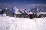 Wellenkuppe 3903 m, Obergabelhorn 4063 m und Dent Blanche 4357 m beim Abstieg.