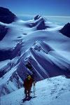 Kletterspur in der Flanke nahe dem Grat mit Wächten