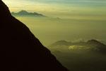 Gipfelblick zum Rinjani  3726 m auf Lombok, vorne Nebenkrater des Gunung Agung