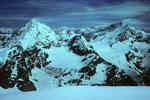 Gipfelblick mit Dent Blanche 4356 m und Weisshorn 4505 m.
