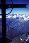 Unterm Gipfelkreuz mit Tiefblick nach Zermatt mit Matterhorn und Dent d´Herens