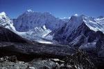 Num Ri 6677 m, Baruntse 7152 m, Chukung P 6205 m und P 6238 m