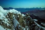 Blick zum Gipfelgrat und zum Alpenhauptkamm im Norden