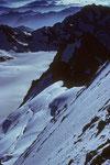 Blick vom Gipfel in die Nordflanke mit Aufstiegsspur