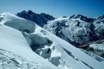 Gletscherspalte mit Ponggen Dopku 5930 m m im Hintergrund