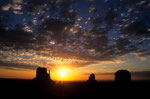 Sonnenaufgang mit West Mitten Butte, East Mitten Butte und Merrick Butte I