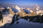 Wellenkuppe, Obergabelhorn 4063 m und Dent Blanche 4357 m von höherer Warte.