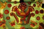 Garuda der Göttervogel kunstvoll aus mit Fruchtsaft gefärbtem Reisbrei geformt