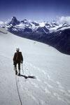 Abstieg auf dem Firnfeld mit richtungweisendem Matterhorn 4478 m