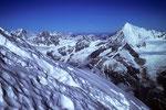 Links in der Ferne der Mont Blanc 4810 m und rechts das Weisshorn 4505 m