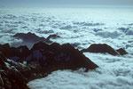 Blick von der Hütte auf die südl. Berge im Wolkenmeer