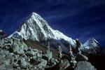 Gedenksteine für  Sherpas  auf 5400 m, die bei Everest Expeditionen verunglückten