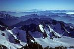Blick vom Gipfel über ein Meer von Bergen bis zum Mont Blanc und zum Wallis