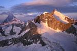 Matterhorn 4478 m, Wellenkuppe und Obergabelhorn 4063 m von weiter oben.