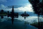 Pura Ulun Danu zur Ehre der Göttin Dewi Danu, der Seen und Flüsse, im Bratan-See.