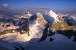 Matterhorn 4478 m, Wellenkuppe und Obergabelhorn 4063 m von höherer Warte.