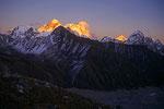Mount Everest 8848m, Lhotse 8501 m und Makalu  8485m im letzten Sonnenlicht