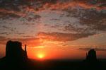 Sonnenaufgang mit West Mitten Butte und East Mitten Butte - Tele -