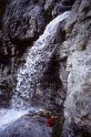 Durchgang hinter´m Wasserfall auf dem  Weg zur Glecksteinhütte