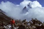 Gedenksteine für  Sherpas auf 4600 m, die bei Everest Expeditionen verunglückten