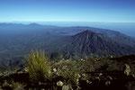 Gipfelblick zum Nachbarvulkan Gunung Batur