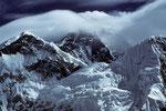 Mount Everest Westschulter 7205 m mit Mount Everest 8848 m in Wolken