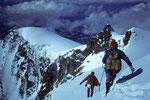 Abstieg von der Parrotspitze 4432 m mit dem Ziel Ludwigshöhe 4341 m rechts aussen